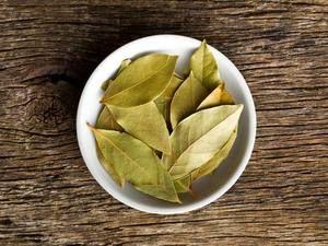 8 топ ползи от Дафинов лист – за крака, болки в ставите и още